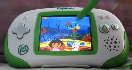 ↑ Leapster Explorer。ゲーム機のようだが、教育ソフト向けの端末となっている。