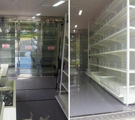 ↑ 肉魚野菜生鮮品棚(左)と日用品・加工品棚(右)