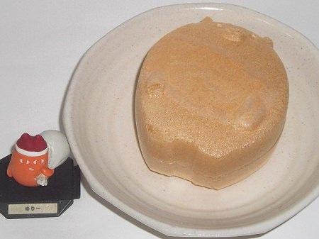 ↑ まぁるく太ったもなかのクマさん。中には長方体のフリーズドライ化したお汁粉が入っているので、振るとかさかさと音がする