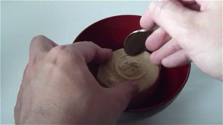 ↑ 袋の裏の説明にも、もなかの背中の部分に割れ目を入れると記述されている。お湯を注ぐ前にスプーンなどで割れ目を入れた方が楽
