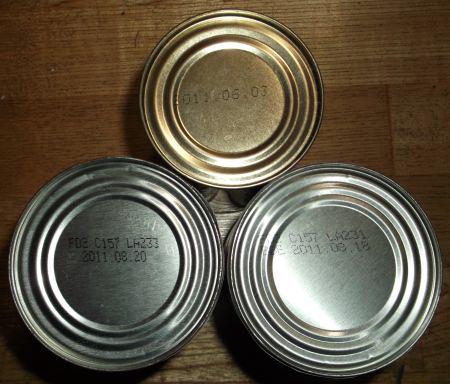 ↑ 賞味期限の切れた缶詰。2011年6月・8月の日付が確認できる
