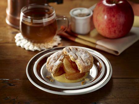 ↑ ホットスイーツ3種。上から「ワッフル(チョコレート&オレンジソース)」「ふわふわパンケーキ(カスタード&メープル)」「さくさくアップルパイ」