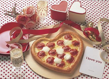 ↑ ハッピーバレンタインピザ(飾りやドリンクはイメージ)