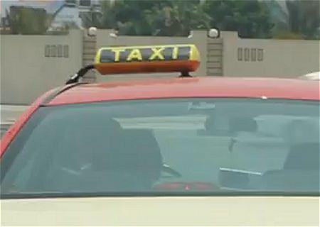 ↑ 実際のドバイのタクシー。タクシーの使い方を解説した観光案内動画