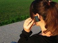 携帯電話で音声通話中