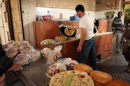 ↑ パン工場で作っている……ように見えるAshtanur