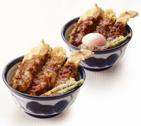 ↑ 鶏天丼 カレーだれ(半熟玉子は別売り)