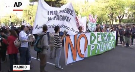 ↑ EU全体の指導による緊縮財政に反対するデモのニュース公式映像。