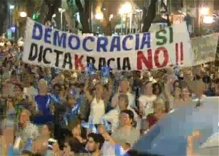 ↑ 先日アルゼンチンで行われた、高インフレと犯罪率悪化をもたらした政府の失策に対するデモ。説明によれば10年来の大規模なものだったとのこと。現大統領の再選を可能にする憲法改正などに抗議する意味合いもあったようだ。