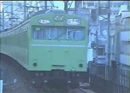 ↑ 103系通勤型電車の走行情景。全体をウグイス色で染めている。