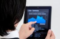 タブレット機で経済ニュースの確認