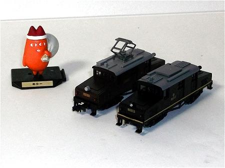 ↑ 同梱されている「里山交通 電気機関車 BD2012形」(上)と、凸形電気機関車(奥側)とを並べた様子(下)。今件のがパンタグラフ無しで、色合いが異なる以外はほぼ同じ