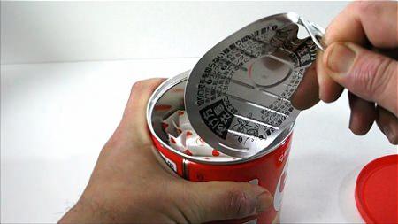 ↑ 他の缶詰同様に、プルトップを引っ張り、内部のフタを取り外す。