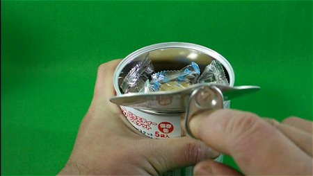 ↑ ビスコ缶同様に、プルトップを引っ張り、内部のフタを取り外す。