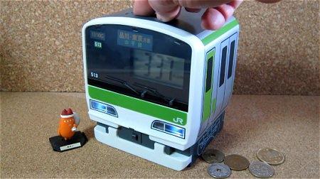 ↑ 硬貨を投入するとランダムに発車時の音楽が鳴り、正面ランプが点灯する