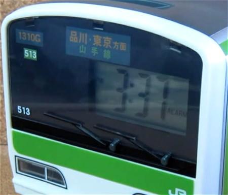 ↑ 運転席部分を拡大。デジタル表示の時計で12時間制・24時間制の切り替えが可能。ウインカーの所にある突起2つはボタンで、時間などの調整に使う。