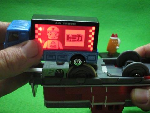 ↑ テコロジートミカからアドトラック。写真は点灯時の状態を撮影するため、プラレールの動力車を利用している。