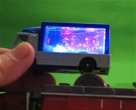 ↑ アクアリウム。写真は点灯時の状態を撮影するため、プラレールの動力車を利用している。