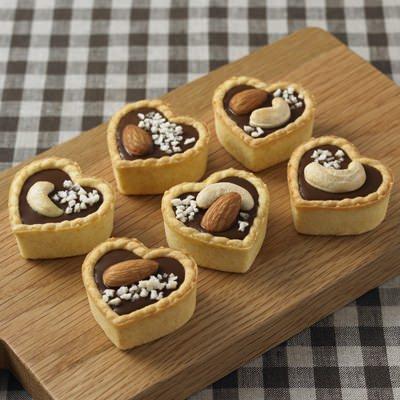↑ 「自分でつくる」シリーズの一品、チョコタルト。溶かしたビターチョコをタルト型に流し入れるだけで、簡単にチョコタルトがつくれるセット。トッピング用のナッツとクランチ付