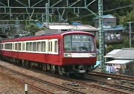 ↑ 2つドア・「赤い車体に窓周りが白」時代の2000形電車。