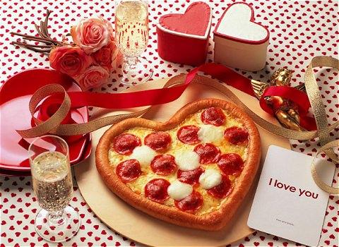 ↑ ハッピーバレンタインピザ(周辺のデコレーションはイメージ)