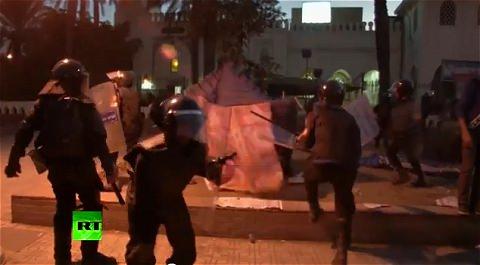↑ エジプトのムルシー大統領に反対する勢力による抗議デモと、治安部隊との衝突を伝えるニュース映像(RT公式)
