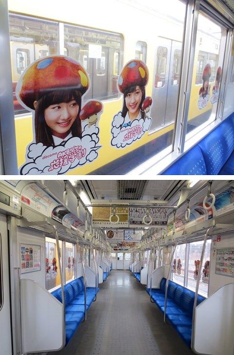 ↑ AKBダケ列車。車窓にステッカーがずらりと並ぶ