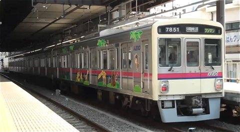 ↑ 京王電鉄・動物園線を走る7000系動物園線ラッピング車。