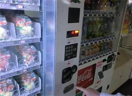 ↑ 霞が関駅で稼働中のカットりんご自販機。