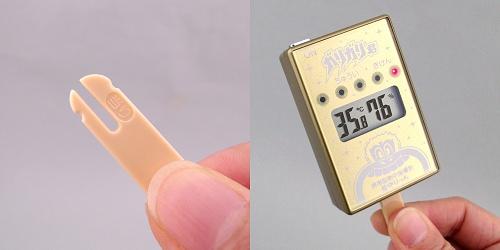 ↑ 「当たり」マーク付きスティックと、『携帯型熱中指標計 ガリガリ君 見守りっち 金色バージョン』