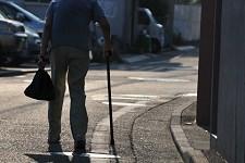 道を一人歩く老人