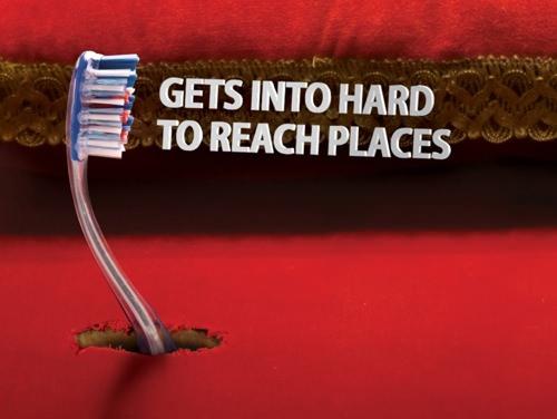 ↑ 台座を突き破り「ドヤ顔」的なポーズを決める歯ブラシ