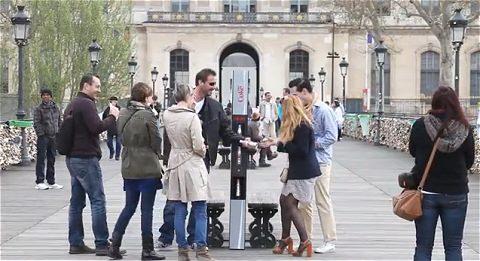 ↑ 「ダイエットなコークの自販機なのか」とそのセンスにニヤリとしながら手にする人たち