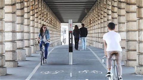 ↑ その薄さを強調するように、ボーリング場や自転車専用道路のど真ん中に配されるスレンダーベンダー。もちろん人々の注目を大いに集めることになる