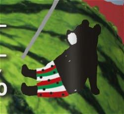 すいか柄のパンツをはいたクマ