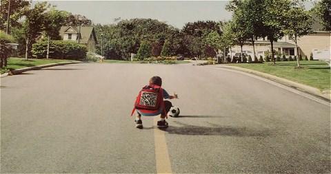↑ 子供が道の中央に。サッカーボールを拾おうとして、思わず飛び出したのだろう。そして背中にはQRコードが