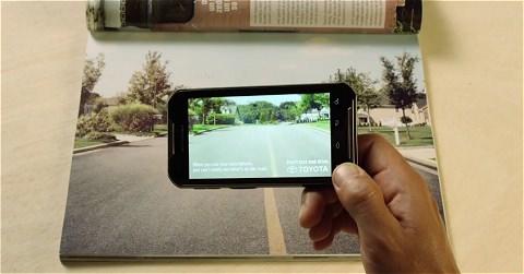 ↑ QRコードを読み取ると少年が道から消える。そして「スマートフォンを使いながらの運転をしていると、存在するものが見えなくなりますよ。操作しながら運転しないでね」との警告が