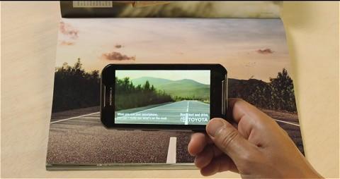 ↑ 牛が道の真ん中に。でもスマートフォンを操作しながらでは、やはり見えていないのと同じに……