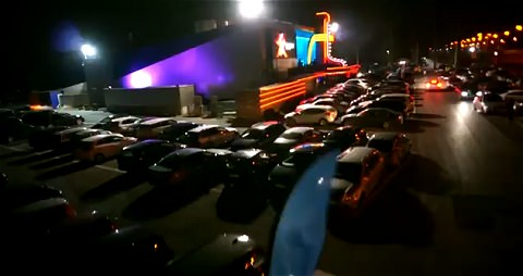 ↑ ぎっしりと駐車場に詰まった自動車達