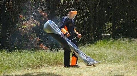 ↑ そこで登場したのがこの巨大ヒゲ剃り……に見える芝刈り機