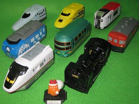 ↑ 8種類すべて揃った「ハッピーセット プラレール」のおもちゃ(2013年版)。
