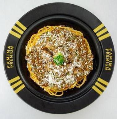 ↑ ファミマプレミアム 牛肉の煮込みソースパスタ
