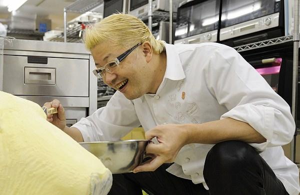 ↑ 等身大のホワイトチョコレート製ホッキョクグマを作成中の辻口博啓氏