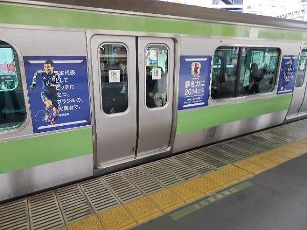 ↑ 同時展開となる車体広告具体例。上はインテリジェンスの「an」、下は日本サッカー協会