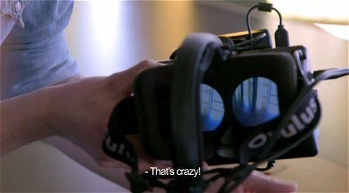 ↑ ラグが発生した視界が広がるというHUDの仕様を説明中。HUD越しに手を振りかざしても、視界の中ではまだ手が見えていない。クレイジーという叫び声も