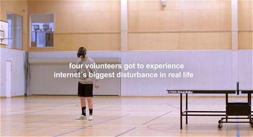 ↑ 卓球の試合はおろか、床に落ちた玉を拾うのにも難儀する