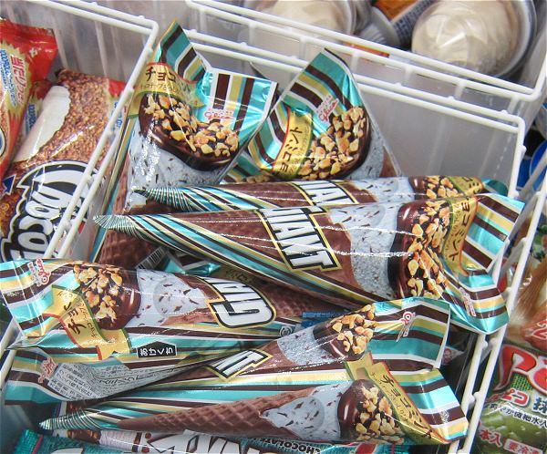 ↑ セブン-イレブン限定の「ジャイアントコーン チョコミント」。アイスケースにどっさり