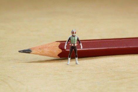 ↑ サイズを把握するための写真。後ろにあるのは通常の鉛筆。[協力]電撃ホビーマガジン、[撮影協力]エルクラフト