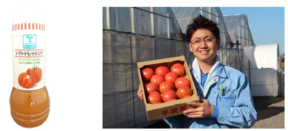↑ トマトドレッシング 280ml(左)と原材料のトマトを持つローソンファーム大分の小野氏