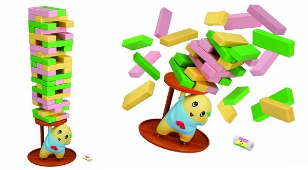 ↑ パーツを積んで(左)さいころで出た色のブロックを抜いて積んでいく。倒したら(右)負け